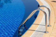 Piscina con la escalera de la piscina en hotel Imagen de archivo libre de regalías