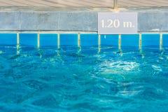 Piscina con la profundidad de la advertencia de la piscina para la información para la seguridad del ` s de la gente Imagenes de archivo