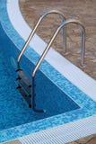 Piscina con la scala all'hotel Fotografie Stock