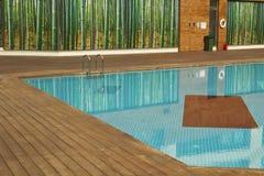 Piscina con la vecchia pavimentazione di legno Fotografie Stock