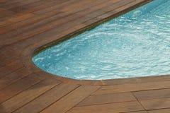 Piscina con la vecchia pavimentazione di legno immagini stock