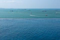 Piscina con las vistas del mar y de las naves Foto de archivo libre de regalías