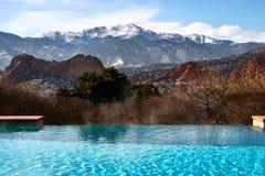 Piscina con Mountain View Imagen de archivo libre de regalías