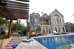 Piscina da mansão Foto de Stock Royalty Free