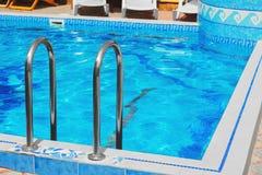 Piscina de agua azul al aire libre Fotografía de archivo libre de regalías