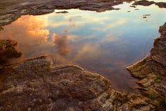 Piscina de agua con la reflexión de las nubes de tormenta Imagen de archivo libre de regalías
