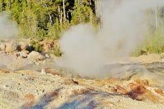 Piscina de agua de ebullición del géiser el vapor y la niebla fotos de archivo