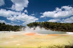 Piscina de Champán en el área geotérmica de Wai-o-Tapu Foto de archivo libre de regalías