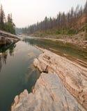 Piscina de color verde oscuro del agua inmóvil en la garganta de la cala del prado en el área de Bob Marshall Wilderness en Monta Imagen de archivo libre de regalías
