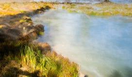 Piscina de ebullición de la agua caliente en el parque nacional de Yellowstone Imagen de archivo libre de regalías
