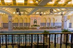 Piscina de interior adornada del hotel Fotos de archivo