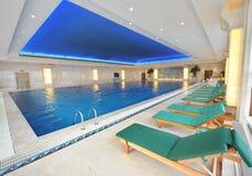 piscina de interior de lujo   Foto de archivo libre de regalías