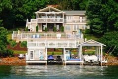 Piscina de la casa de la línea de costa, barcos, esquís del jet Imagenes de archivo