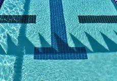 Piscina de la competencia con las sombras de la bandera de la espalda Imagen de archivo libre de regalías