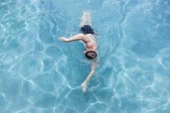 Piscina de la nadada del hombre de arriba Imágenes de archivo libres de regalías