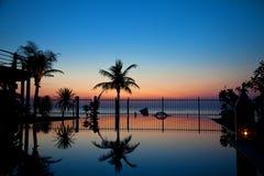 Piscina de la puesta del sol y del infinito Fotografía de archivo libre de regalías