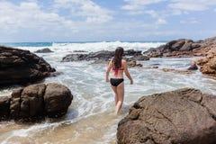 Piscina de la roca del océano de la natación de la muchacha Imagen de archivo