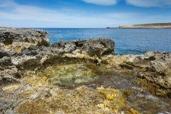 Piscina de la roca por el mar Imagen de archivo libre de regalías