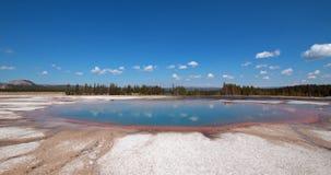 Piscina de la turquesa en el lavabo intermediario del géiser en el parque nacional de Yellowstone en Wyoming Fotos de archivo libres de regalías