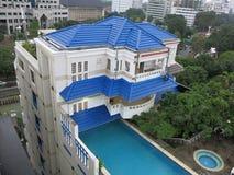 Piscina de lujo del tejado Piscina en la azotea del hotel imagen de archivo libre de regalías