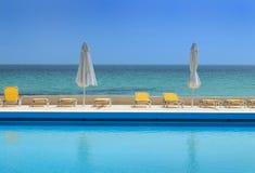 Piscina de lujo en la playa Imagen de archivo libre de regalías