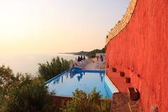 Piscina de lujo a lo largo de la costa en la isla de Zakynthos - Grecia Imagen de archivo libre de regalías
