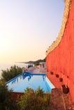 Piscina de lujo a lo largo de la costa en la isla de Zakynthos - Grecia Imágenes de archivo libres de regalías