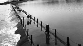 Piscina de marea de la trayectoria costera urbana Foto de archivo libre de regalías