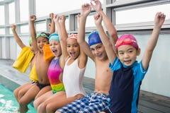 Piscina de sorriso da classe bonito da natação foto de stock royalty free