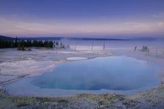 Piscina del abismo en el área del oeste del pulgar del parque nacional de Yellowstone Imagenes de archivo