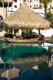 Piscina del centro turístico en Cabo San Lucas, México fotografía de archivo