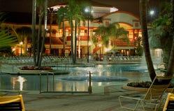 Piscina del centro turístico en la noche el vacaciones Imagen de archivo