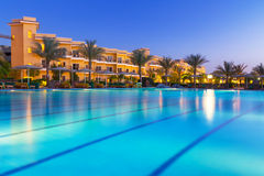 Piscina del centro turístico tropical en Hurghada en la noche Fotos de archivo