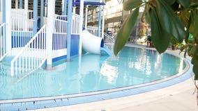 Piscina del centro tur?stico de lujo con agua azul limpia hermosa 4K ?rboles tropicales en la piscina del centro tur?stico almacen de metraje de vídeo