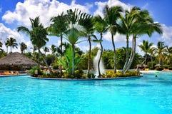 Piscina del centro turístico del hotel de la playa Imagen de archivo libre de regalías