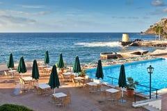 Piscina del hotel cerca del océano, Madeira, Portugal Imagen de archivo
