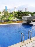 Piscina del hotel de lujo, opinión de la ciudad Imagen de archivo libre de regalías