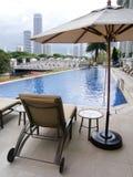 Piscina del hotel de lujo, opinión de la ciudad Fotos de archivo