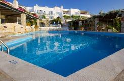 Piscina del hotel de Paros Foto de archivo libre de regalías