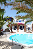 Piscina del hotel en estilo griego tradicional Imagen de archivo libre de regalías