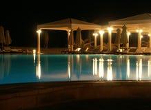 Piscina del hotel en la noche 2 Imagen de archivo libre de regalías