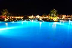 Piscina del hotel en la noche Imagen de archivo libre de regalías
