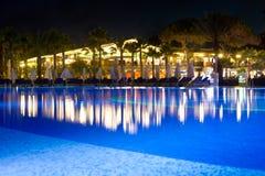 Piscina del hotel en la noche Foto de archivo