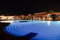 Piscina del hotel en la noche Fotos de archivo