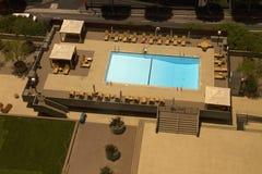 Piscina del hotel turístico imagen de archivo libre de regalías