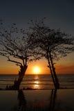 Piscina del infinito de la puesta del sol en Sengigi Lombok Fotografía de archivo libre de regalías