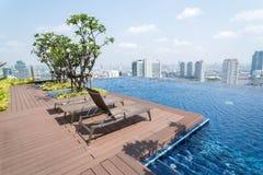 Piscina del infinito del tejado - Bangkok, Tailandia Fotografía de archivo libre de regalías
