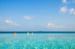 Piscina del infinito en Maldivas Imagen de archivo