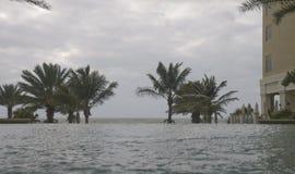 Piscina del infinito en un centro turístico en la playa de Clearwater, Flo imágenes de archivo libres de regalías