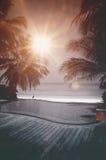 Piscina del infinito que pasa por alto el mar en Maldivas Imágenes de archivo libres de regalías